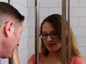 A Adolescente De 18 Anos Tem De Foder à Maneira Dela, A Callie Klein Encontra-se Na Cadeia Do Condado Depois De Ser Apanhada A Roubar Uma Bolsa Cara. As Coisas Não Estão Nada Bem Para Ela. Só Então, O Advogado Dela Aparece E Dá As Más Notícias. Porn