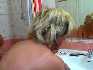 Mãe E A Filha Dela Está Brincando Com A Buceta No Banheiro Porn