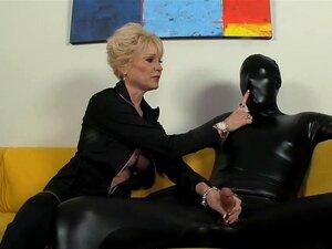 A Avozinha Com Mamas Grandes Mantém Tudo Sob Controlo. Porn