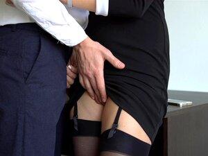 Secretária Sexy De Meias Faz A Chefe Vir-Se Com O Vestido No Escritório Porn