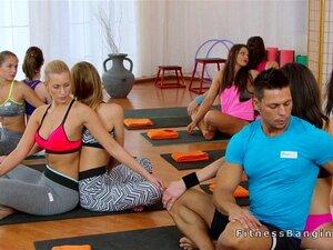 O Treinador A Comer Duas Miúdas Em Forma No Ginásio. Treinador De Fitness Depois De Terminar O Treino Em Grupo, Saiu No Ginásio Com Duas Miúdas Giras, Depois Chuparam-lhe O Tamanho E Foderam-no A Três. Porn