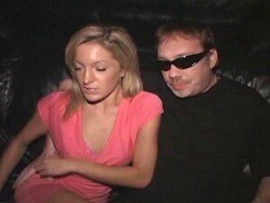 Petite Blonde Ellie Transa Com Estranhos Em Um Cinema Pornô Porn