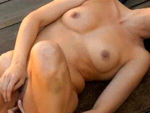 Mulher Esfregando O Clitóris Atrás Da Casa Porn