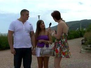 Repórter De Tv Madura Sexy Em Suas Meias Obtém Picante E Com Tesão Porn