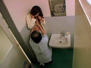 O Tipo Filmou Um Casal Japonês Sensual A Dar Quecas Numa Casa De Banho.ainda Bem Que Este Tipo Estava Com A Câmara Para Poder Gravar O Sexo De Um Par Japonês. Uma Miúda Bonita Chupou O Homem.só Para O Preparar Para Foder. Porn