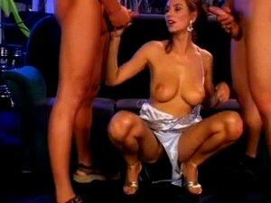 Anita Queen-Barmaid A Servir Os Seus Clientes. Anita Queen-empregada De Bar Ao Serviço Dos Clientes Porn