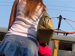 Encontrei A Toalha Sanitária Upskirt Novamente, Havia Muitas Garotas Na Paragem Do Autocarro Para Upskirt Atirando. Eu Tinha Uma Escolha Realmente Grande. Por Que Escolher Uma Moça Com Período Cum-buraco Novamente? Por Que Isso Continua Acontecendo Comigo Porn