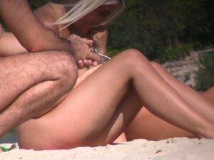 Praia De Nudismo é O Melhor Lugar Para Mulheres Nuas Filme, Duas Loiras Quentes Entreter-se Na Praia Até Uma Sómente Uma Com Peitos Enormes Estabelece Na Praia E Abre As Pernas Para Revelar Um Direito De Buceta Raspada A Câmara Da Praia Voyeur Porn