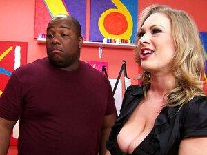 MILF Loira E Muito Assanhada Se Ajoelha Em Uma Galeria De Arte Para Chupar Gostoso Um Caralho Bem Grande E Negro. Porn