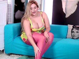 Ellie Roe Tira Meias E Vestido Para Jogar. Ellie Roe é Sexy Em Sua Meias Rosa E Vestido Floral. Como As Meias-de-rosa Saem, Ela Mostra Sua Buceta Peluda. Ela é Muito Brincalhão E Põe Para Trás Cuidadosamente Acaricia Sua Buceta Peluda. Porn