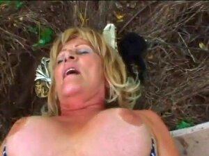 Grandes Mamas Loiras Avozinha Stally Ao Ar Livre A Foder. A Avozinha Stally Está A Divertir - Se Enquanto Chupa Uma Tesão Latejante. Ela Tem A Sua Rata Ao Ar Livre E Ela Está A Adorar. Porn