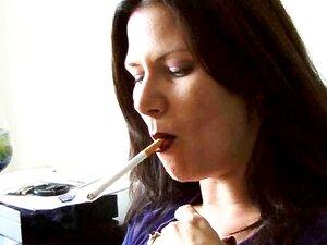 Babe MILF Quente Fumar Um Cigarro Enquanto Recebendo Café Porn