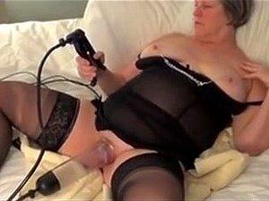 Brinquedo Do Sexo Mulher Bomba, Mulher Madura Amador, Usando Uma Bomba De Macho Na Buceta Dela. Este é Um Vídeo Muito Quente. Veja Mais Bomba Porn