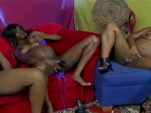 Raparigas Negras A Brincar Com Vibrador. Dedilhar Uns Aos Outros Deixou-os Excitados O Suficiente Para Pegar Num Vibrador Monstruoso E Enfiá-lo Nas Suas Conas Até Atingirem Orgasmos. Porn