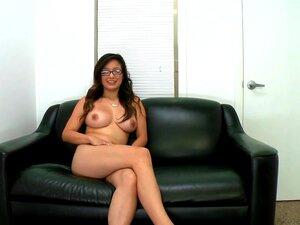 Linda Lay é Na Bela Camisa Rosa E Saia Preta. Ela Fica Muito Séria Como Qualquer Mulher De Negócios, Mas A única Coisa Que Faz Seu Especial é Seus Planos Para Se Tornar Atriz Pornô-mais Votados. Porn