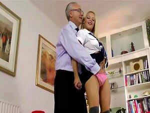 Loira Gostosa Recebe Oral E Dedos Deste Velho Sortudo Porn