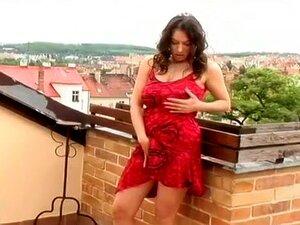 A Busty Helen Blackowiz Passa Por Cima De Um Enorme Idiota., Porn