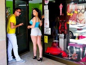 A Loja De Sexo Da Marta La Croft, Temos Uma Gaja Boa De Barcelonian E Ela Vai Para O Caralho Onde Quer Que Seja. Começámos A Despir-lhe A Roupa No Meio De Uma Sex Shop Onde Entrámos E, Sem Hesitação, Ela Começou A Chupar Pilas. Depois De Um Tempo Ela Esta Porn