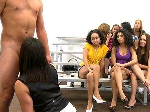 Os Homens Nus Comem Gajas Boas. Acção CFNM Com Belas Raparigas Vestidas A Serem Bem Pregadas Porn