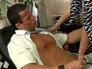 Bisex Ménage à Trois Com Dois Caras E Fêmea Dominante. Porn