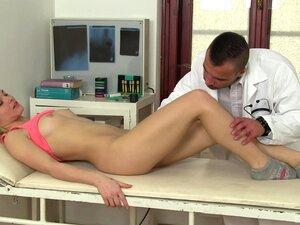Zazie Skymm Leva Com A Cona Fodida E Lambida No Consultório Do Médico-Zazie Skymm Porn