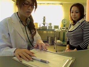 Japonesa Gostosa Ferrou Com Um Vibrador Durante O Exame Médico, Requintado Japonesa Vadia Obtém A Cona Peluda Perfurada Pelo Seu Pervertido Doutor Feminino E Seu Vibrador Durante Um Exame De Buceta E Ele Parece Bem Gostosa, Esta Câmera De Espião Japonês V Porn