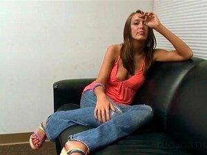 Aspirante A Estrela Pornô Adolescente Puxando O Pau Peludo De Joelhos Porn