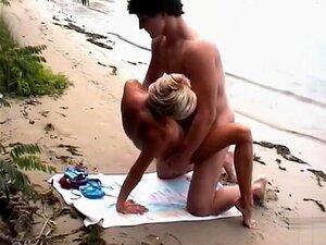 O Casal Flexível Diverte-se Na Praia, Ela?é Uma Jovem Em Forma E O Seu Parceiro Musculado Tem A Pila Enterrada Na Rata Dela Enquanto Copulam Na Praia Privada. Fazem-no Missionário E Doggystyle à Medida Que As Ondas Caminham Aos Seus Pés. Porn