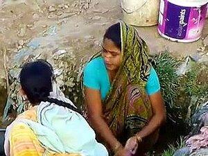 Indian Village Girl Espiada Em Ao Ar Livre Escondida, A Mulher Da Aldeia Na Blusa Azul é Espiada Secretamente Enquanto Lava Roupas Ao Ar Livre. Ela Parece Sexy Para Uma Rapariga Da Aldeia. Porn
