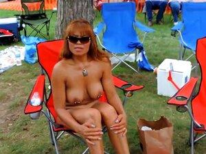Os Nudistas Maduros Com Piercings Mostram Tudo No Resort, Dois Mamilos E Um Lindo Clítoris Ficam Sensuais Na Garina A Relaxar Numa Cadeira No Resort Nudista. Outra Miúda Com Mamas Falsas E Tatuagens é Uma Visão A Ver Também. Porn