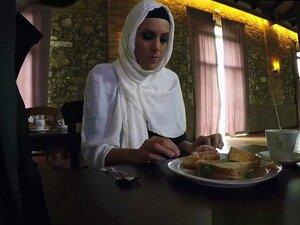 Árabe Tia Foda E Muçulmano Estudante E árabe BBW Sexo E árabe Hijab Público, Porn