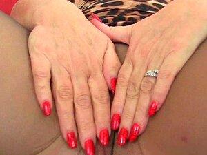A Avó Inglesa Lacey Starr Adora Expor As Suas Mamas Grandes E Vibrar. Porn