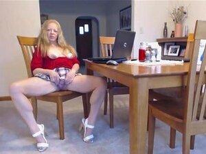 Mulher Madura De Saia Curta E Salto Alto Se Espalha Seu Bichano E Mostra As Tetas Porn