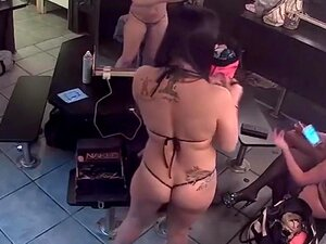 Nos Bastidores Com Um Grupo De Strippers Sexy, Belezas Têm Que Se Preparar Para Seus Shows No Palco E Este é O Quarto Em Que Eles Fazem Isso. Uma Câmara No Canto Dá Uma óptima Filmagem De Senhoras A Maquilharem-se E A Vestirem Lingerie. Porn
