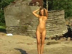 Orgasmo Feminino Adolescente E Sexo A Pé. A Linda Fica Nua Na Praia. Porn