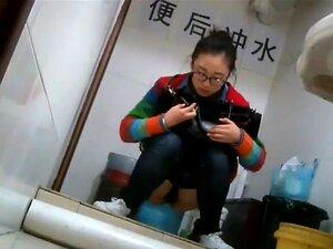 Uma Chinesa Croma Apanhada A Mijar, Uma Chinesa Croma Vestida De Calças De Ganga E Uma Camisola Simples E Ninguém Se Atreveria A Prever Que Há Tanto Sex Appeal Escondido Por Baixo De Tudo. Uma Câmara Escondida Mostrava-o Com Uma Luz Brilhante, Quando Ela  Porn