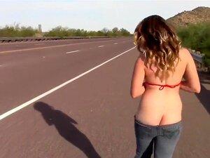 Busty Babe Pega A Caminhada Erótica Pela Estrada, Como Ela Tem Um Grande Par De Mamas E Um Rabo Deslumbrante, Esta Coquette Americana Decidiu Entrar Na Estrada E Fazer Os Motoristas Festejarem Seus Olhos Em Suas Curvas. Porn