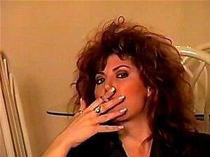 Clássico Início Dos Anos 90 Está Fumando Com Cabelo Grande, Perfeito. Porn