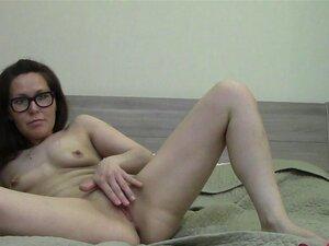 A Mulher Nerd Masturba-se Em Frente à Webcam. Porn