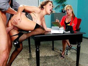 Teste Sua Concentração, Imagine Aparecer Para Uma Entrevista De Emprego E Cumprindo O Seu Novo Patrão Um Mercenário Desce Sobre Você Debaixo Da Mesa De Entrevista? Isso é Exatamente O Que Aconteceu Com Krissy Lynn, Quando Ela Entrou Para Vender-se Em Seu  Porn