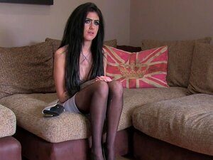 Modelo De Reino Unido Muito Slim Bate Em Fundição, Muito Magro Uk Moreno Modelo Posando Nua Em Meias Com Seu Peitões Falsos Depois Profunda Garganta Grande Galo Para Agente Falso E Deixá-lo Foder E Anal Dedo No Sofá Porn