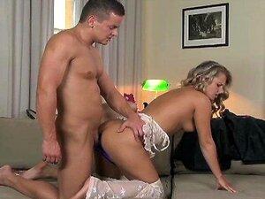 Menina Bonita Do Laço Branco DP Anal Como BF Usa Cinta De Anel Cock Cumshot Agradável Porn