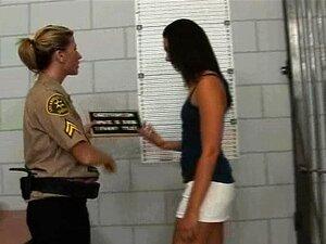 Os Sapatos Dela Tem Que Sair Em Cadeia Para Que A Polícia Possa Verificar Seus Dedos Porn