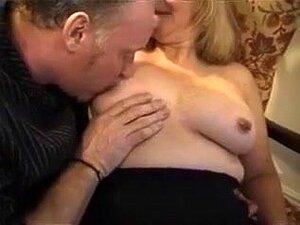 A Minha Mulher Adora O Estilo Cãozinho, Tanto Quanto Gosta De Estar Por Cima, A Minha Mulher é Uma Aberração Sexual E Adora Foder Na Câmara. Primeiro, Esmago-lhe O Estilo Canino. Depois, Monta A Minha Pila Na Posição De Vaqueira. Porn