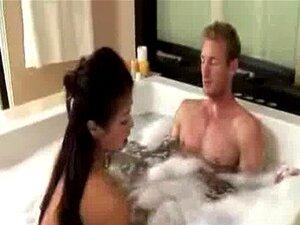 Gata Asiática Com Seu Bf Na Banheira Porn
