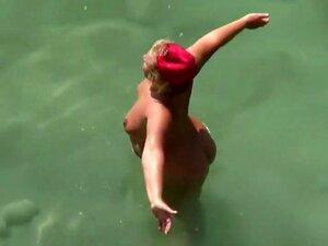 Cu Grande Durante A Luta De água Brincalhona, Estou A Ver Uma Adolescente Boazona De Biquíni De Tanga Preta E O Seu Grande Rabo Tornou A Minha Visita Na Praia Ainda Mais Agradável. As Coisas Ficaram Ainda Melhores Quando Ela Subiu às Costas Do Namorado Pa Porn