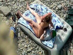 69 E Sexo Duro Na Praia, A Mulher Tira O Biquíni E Rebenta Com O Pénis Do Homem Enquanto Ele Come A Cona Dela Na Praia. Depois De Algum Sexo Oral, Ela Monta A Pila Dele E é Fodida Com Força No Colchão De Ar Até Que Ele Esmague A Barriga Dela. Porn