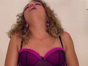 Fofinha Portuguesa Nas Escadas, A Bianca Casanova é Uma Galdéria Loira Sexy. Ela Toca A Si Mesma E Mais Tarde Sucumbe A Uma Grande E Dura Picha Em Sua Rata Para Se Vir Em Sua Boca. Porn