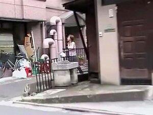 Querida Japonês Agiotagem Rua Na Frente De Uma Máquina De Vending., Babe Japonês Em Moletom Apertado Esperava Para Saciar Sua Sede Mas Tem Um Encontro Vergonhoso Com Agiotagem Rua Kinky. Temos Um Vislumbre De Seus Pães Leitosas Antes Que Ela Corre Com Sua Porn