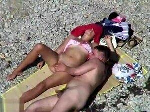 A Mulher Excitada Bate Uma Punheta Ao Tipo Na Praia., Porn
